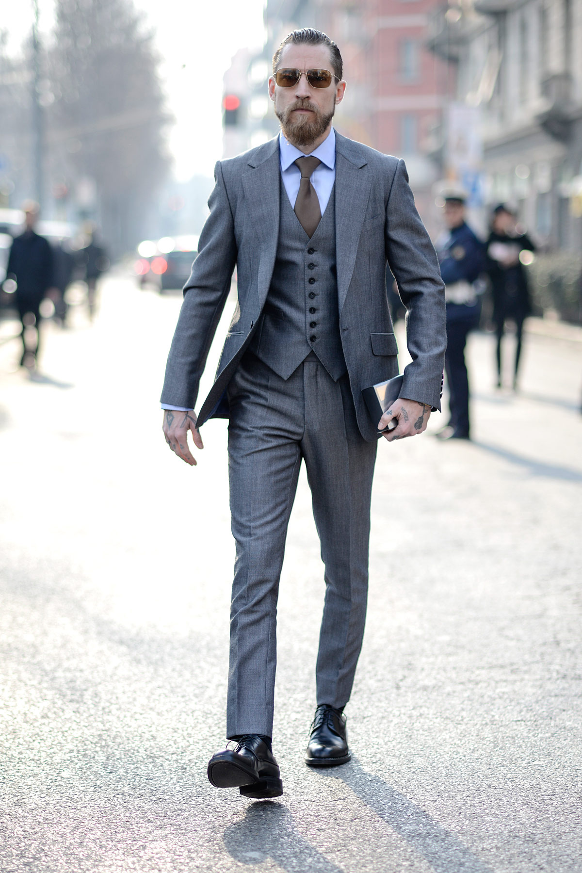 Justin-Oshea-in-grey-menswear-style-streetstyle-milan-fashion-week-suit-gray-glasses